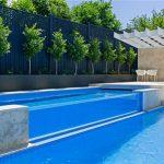 plavecký bazén s horkým plaveckým bazénem