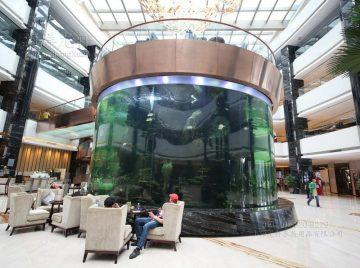 velké akváriové nádrže z umělých ryb